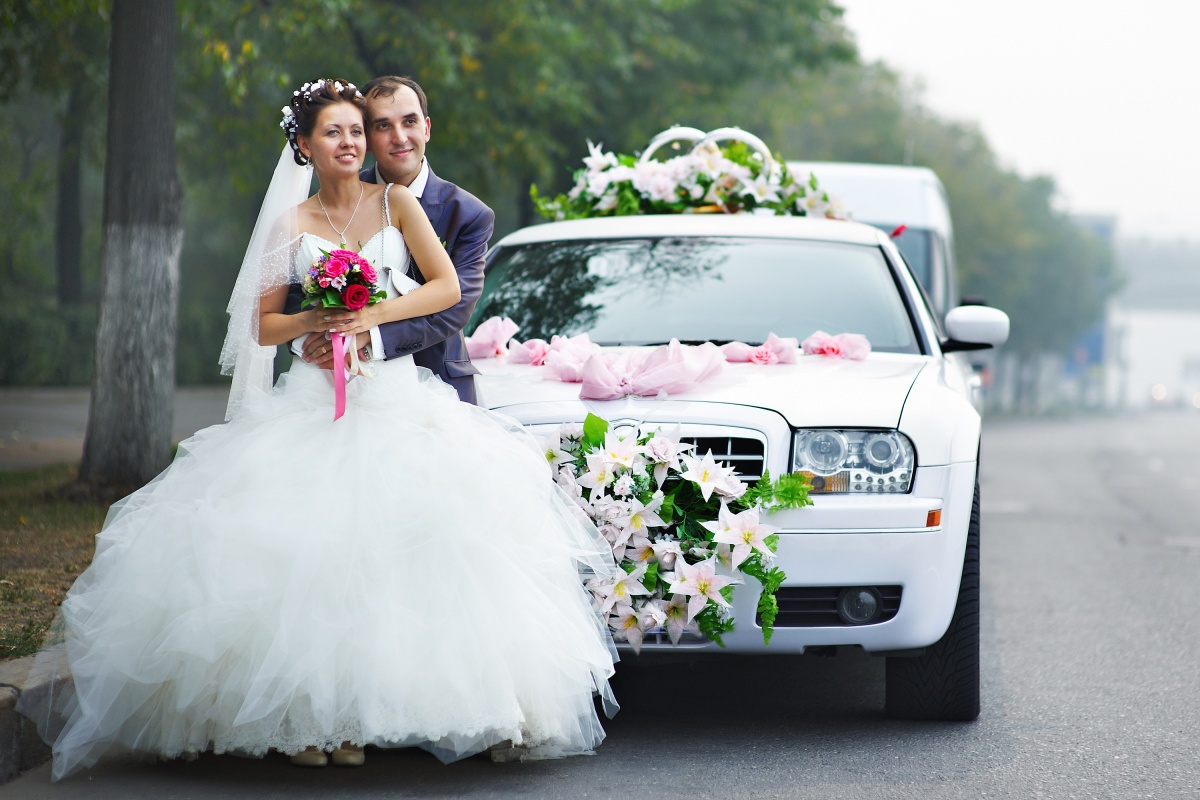 5 Advantages of Hiring a Wedding Limousine on Your Big Day